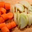 Marchewkę i cebulę kroimy niezbyt starannie
