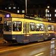 Wielki tramwaj, a z tyłu lampka rowerowa