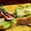 Wiosenna kanapka z kozim serem