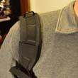 Zsuwająca się szelka plecaka na jednym ramieniu