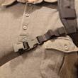 Jeżeli chcemy nosić plecak na lewym ramieniu, pasek przypinamy odwrotnie. Po to jest wszyta męska i żeńska końcówka klamry