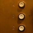 A przed wejściem do windy sprawdź, czy za drzwiami znajduje się kabina