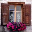 Bawarskie okno z bawarskimi firankami i bawarskimi kwiatkami