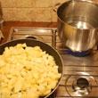 Ziemniaki i cebulę podsmażamy na oliwie z curry