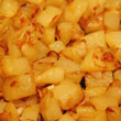Ziemniaki i cebula powinny się solidnie zrumienić, choć nie spalić