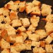 Chleb smażymy na niewielkiej ilości oliwy