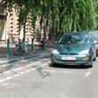 Ścieżka rowerowa za miejscami parkingowymi