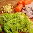 W międzyczasie kroimy warzywa